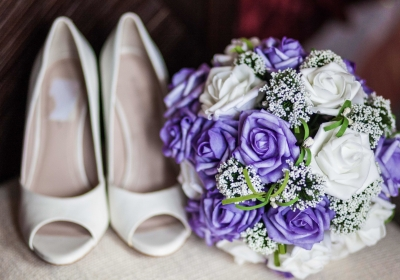 wedding-shoes-and-bouquet_t20_knaAL4